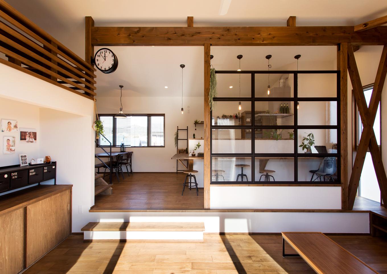 Select工房【趣味、狭小住宅、スキップフロア】リビングとダイニングをスキップフロアで空間分け。おしゃれなモザイクガラスでカフェ風に