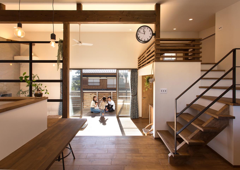Select工房【趣味、狭小住宅、スキップフロア】リビング窓の延長線上には大きなデッキが。夏は子供用プールを置いて、みんなで大はしゃぎ