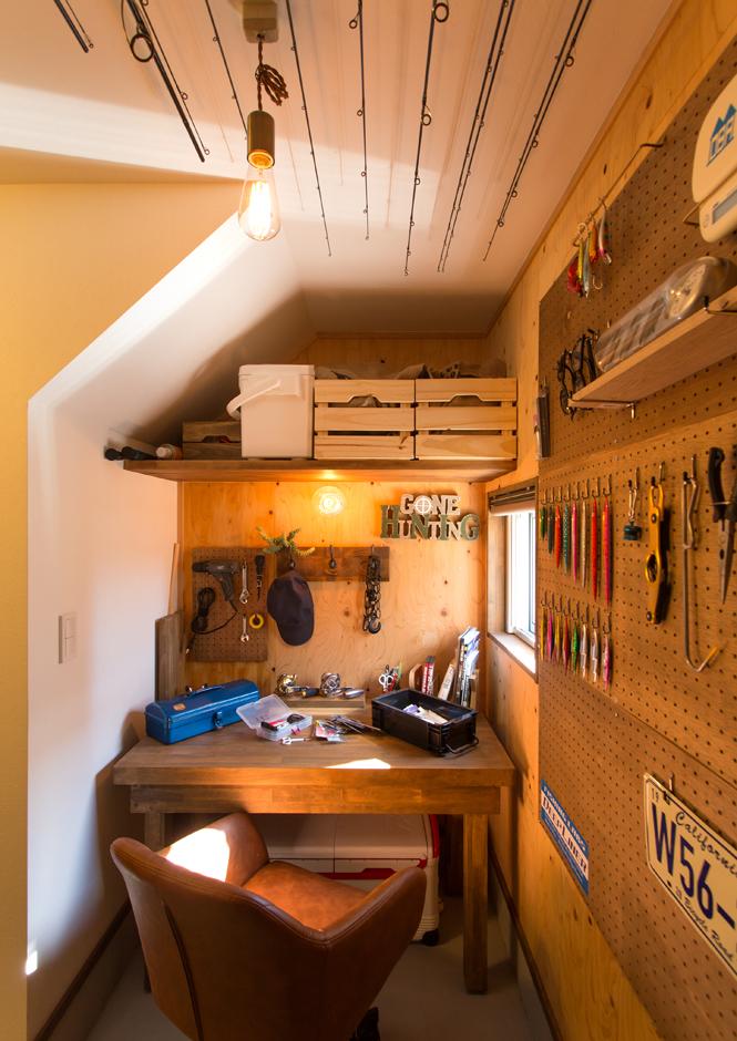Select工房【趣味、狭小住宅、スキップフロア】釣りが好きな旦那さんがこだわった趣味部屋。子どもたちが寝静まった頃、道具をメンテナンスしながら一人の時間を楽しんでいるそう