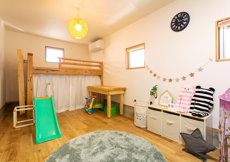 Select工房【趣味、狭小住宅、スキップフロア】1階の子ども部屋は、ロフトベッドを造作設置。ベッドの下部を有効利用でき、お片付けも楽々