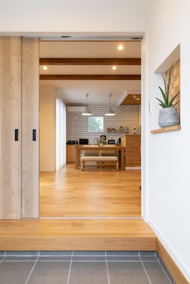 アイジーホーム 【デザイン住宅、間取り、インテリア】玄関に入るとすぐに開放的なLDK。寒くないのは断熱気密性能をきちんと担保しているから