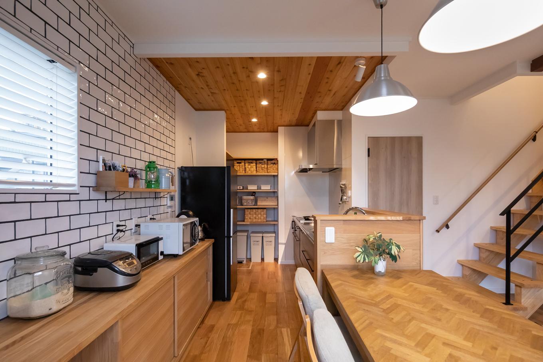 アイジーホーム 【デザイン住宅、間取り、インテリア】キッチン壁面のサブウェイタイルが印象的。「窓までで妥協するか、全面にするか迷ったところ。結果的に全面にしてよかった」と奥さん