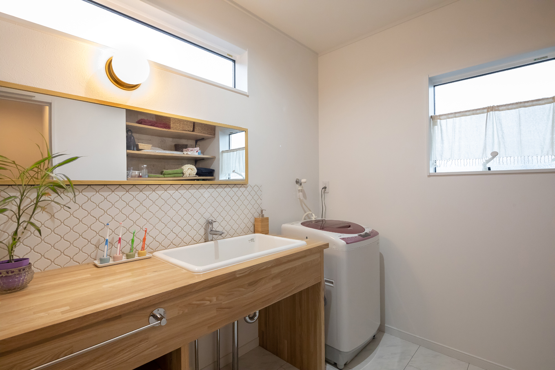 アイジーホーム 【デザイン住宅、間取り、インテリア】洗面はアイジーホームによる造作。現場でミリ単位の調整をしてくれたのは、ありがたい手間暇。大型のシンクも使い勝手がいい