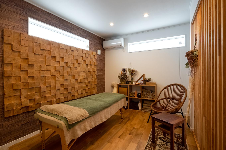 アイジーホーム 【デザイン住宅、間取り、インテリア】併設したサロンの内装もアイジーホームによるもの。壁面のモザイクウッドが印象的で、木のぬくもりが心地よい