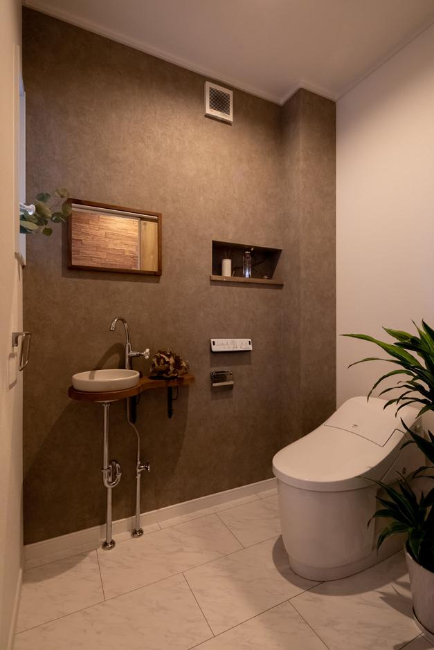 アイジーホーム 【デザイン住宅、間取り、インテリア】トイレはサロンのお客さまもアクセスできる場所に。おもてなしを意識して、ゆとりを持ったデザインと色合いに