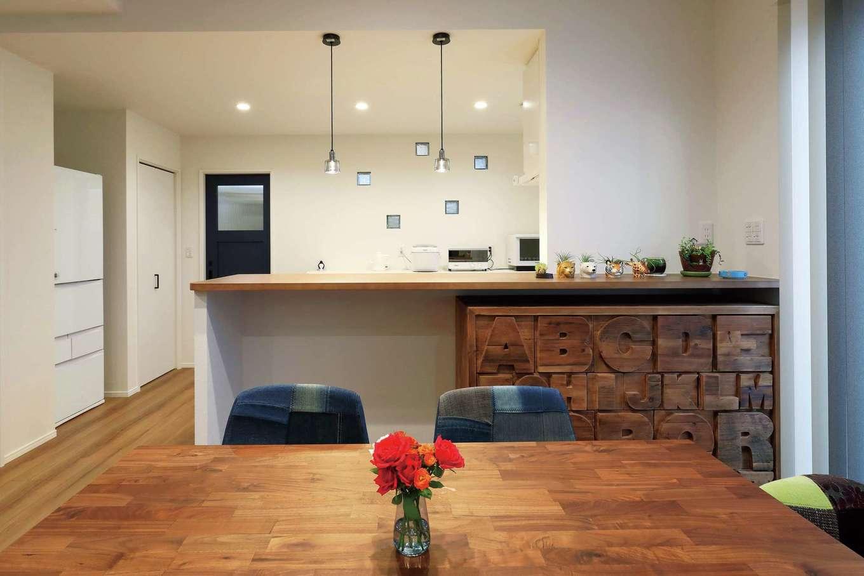 丸昇彦坂建設【デザイン住宅、間取り、収納力】家族との会話をしやすいオープンスタイルのキッチン。収納も充実。キッチン背面にランダムに並ぶブロック窓が無機質になりがちなトーンをかわいく演出