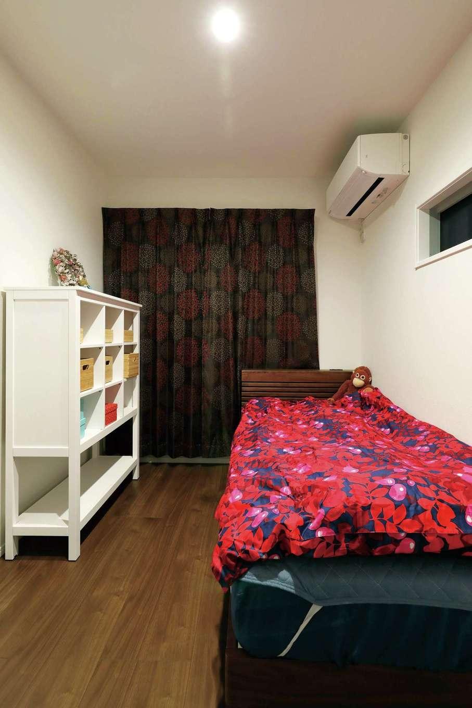 丸昇彦坂建設【デザイン住宅、間取り、収納力】2階は4人家族ぞれぞれの個室を用意。奥さまの部屋はレッドが差し色に