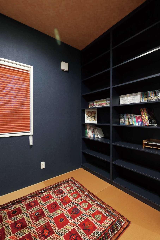 丸昇彦坂建設【デザイン住宅、間取り、収納力】リビングと隣接した畳コーナー。壁一面に大容量の本棚を造作し、ファミリーライブラリーとして活用