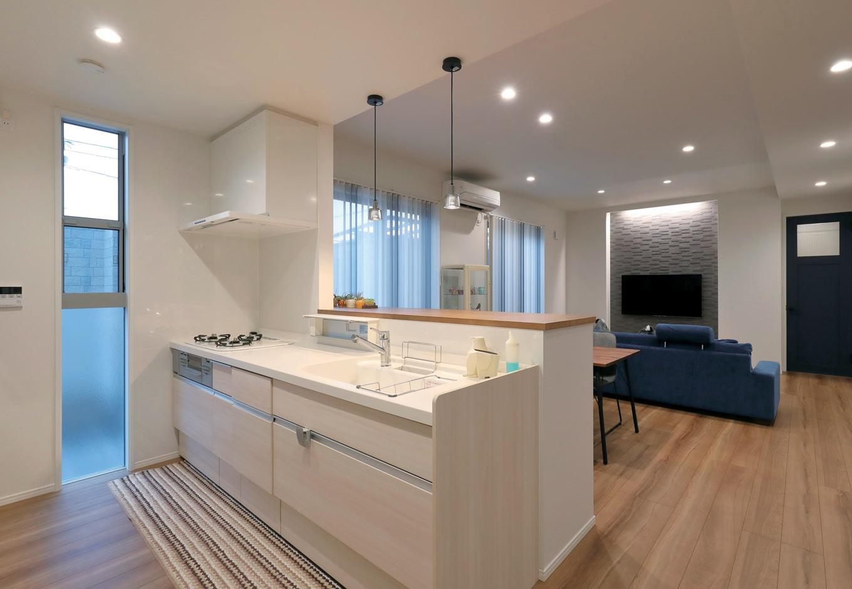 丸昇彦坂建設【デザイン住宅、間取り、収納力】家族の様子を見渡せる位置に配置したオープンキッチン