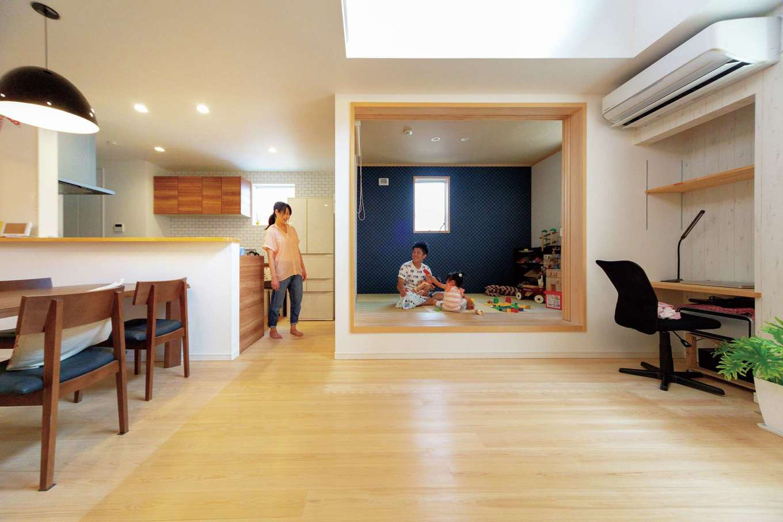 常に家族を見渡せる位置にキッチンを配置。1階と2階が吹抜けでつながり、コミュニケーションもとりやすい