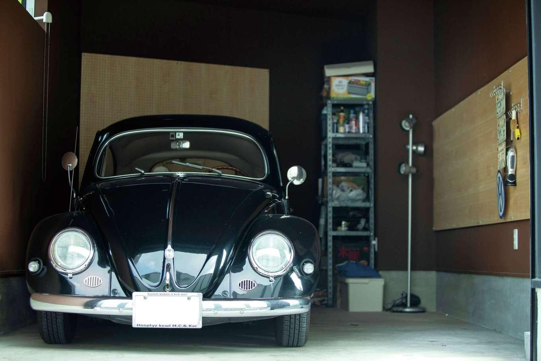 作業スペースも確保した広いインナーガレージ。クラシックなビートルは、1956年式。ご主人にとって家族の一員