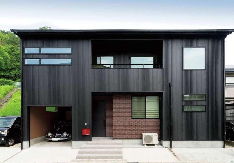 三角形の敷地を有効活用して配置したT邸。ガルバリウムとレンガタイルが絶妙に調和している