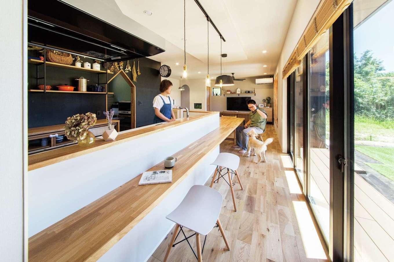 SEVEN HOUSE/セブンハウス【デザイン住宅、平屋、子育て】カフェやレストランのような洗練されたLDK。大きく開いた窓からは大量の光と爽やかな風が入り、とても居心地のいい空間になっている