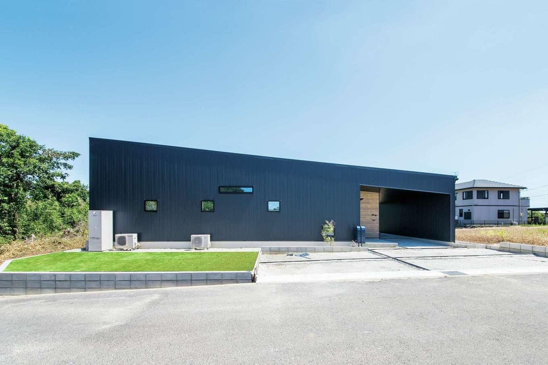 SEVEN HOUSE/セブンハウス【デザイン住宅、平屋、子育て】ガルバリウム鋼板とサイディングの外観。無駄を一切排除したシンプル&モダンなデザインだ