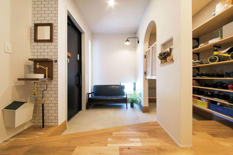 SEVEN HOUSE/セブンハウス【デザイン住宅、平屋、子育て】玄関ホール。ソファが置けるほど広く、ゲストルームのよう。周遊できるウォークインシュークロークも便利