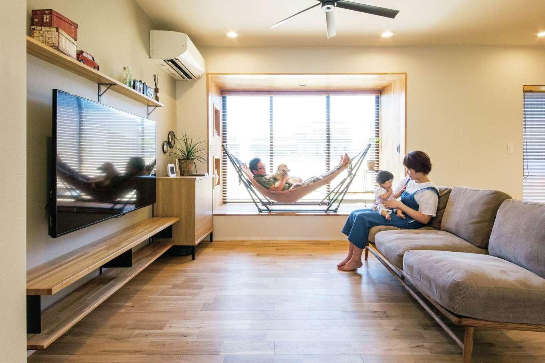 SEVEN HOUSE/セブンハウス【デザイン住宅、平屋、子育て】LDKのリビングスペース。奥行きのある出窓にはハンモックを設置した。出窓が大きな額縁となり、大きなアートのような視覚効果も