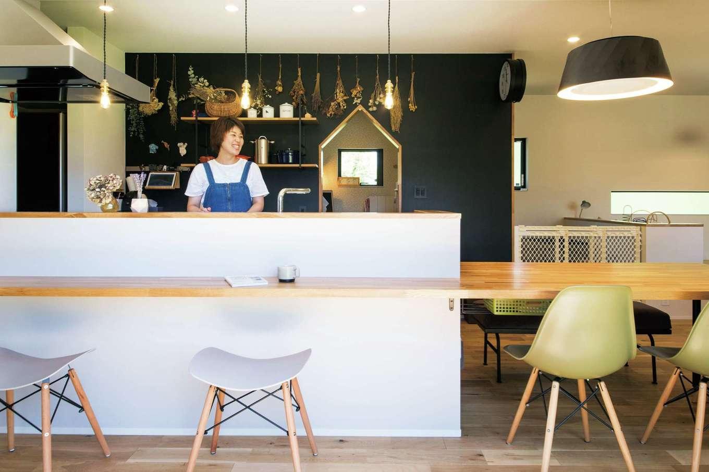 SEVEN HOUSE/セブンハウス【デザイン住宅、平屋、子育て】約4mの長いテーブルと、黒板ペイント塗装が特徴的。アイアンと木の見せる収納と、奥さまの趣味であるドライフラワーが空間のアクセントに