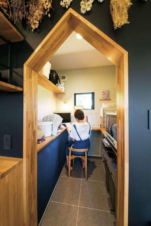 SEVEN HOUSE/セブンハウス【デザイン住宅、平屋、子育て】キッチン奥に設けたパントリー。三角の垂れ壁が空間のアクセントに。垂れ壁はほかにも2か所あり、それぞれカタチが違うのもおもしろい