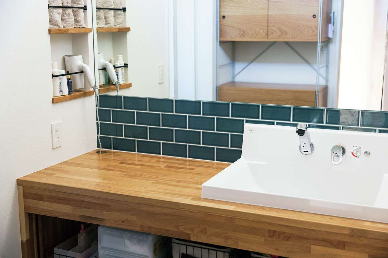 SEVEN HOUSE/セブンハウス【デザイン住宅、平屋、子育て】木の洗面台は造作。ブルーのタイルが爽やか