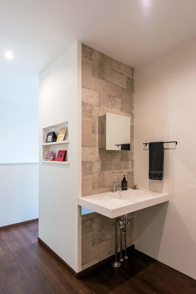 2階洗面はデザイン性と実用性を両立。ホールには大容量の収納を備えた