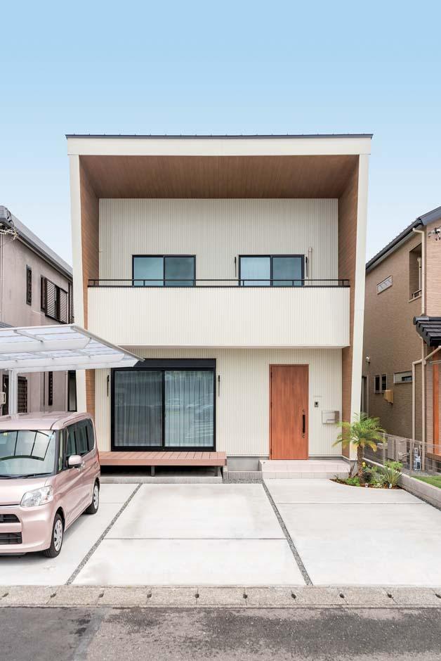 ボックス型の外観は、両脇の外壁が斜めになっているのがポイント。木質素材をあしらって西海岸風に