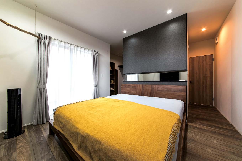 三和建設【デザイン住宅、収納力、高級住宅】寝室はベッドヘッドの壁がウォークインクローゼットとの仕切りを兼ね、ベッドを中心に回遊できる