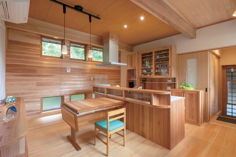金属製品以外ほぼすべて造作というキッチン。四季の風景を楽しめるように窓を高い位置に