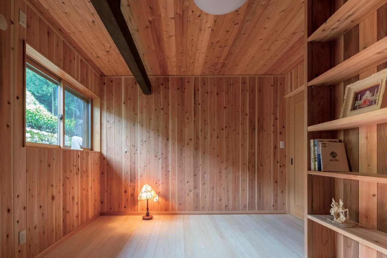 木の香りが漂うご主人の部屋は、すべてヒノキとスギの板張りで。読書家であるご主人のために本棚を造作