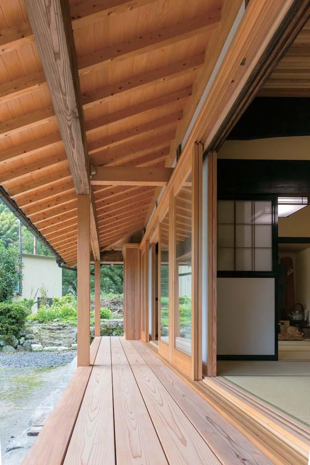 濡れ縁は無節の厚いスギ板。垂木もI邸のストックから贅沢な取り方で使用。建具はペアガラスとヒノキの枠でオリジナル製作