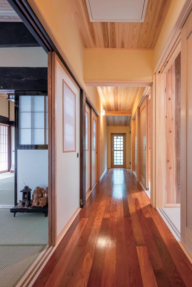 以前の間取りにはなかった廊下を設けて機能的な間取りに。床はカリンの一枚板