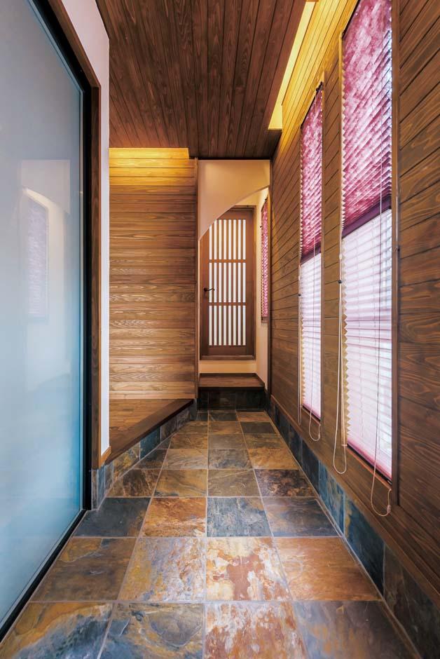 TDホーム静岡西 ウエストンホームズ【デザイン住宅、和風、自然素材】玄関の土間には、エントランスと同じ錆石(さびいし)を採用。味わい深い落ち着きをもたらしている。正面の格子戸は和室へと続く