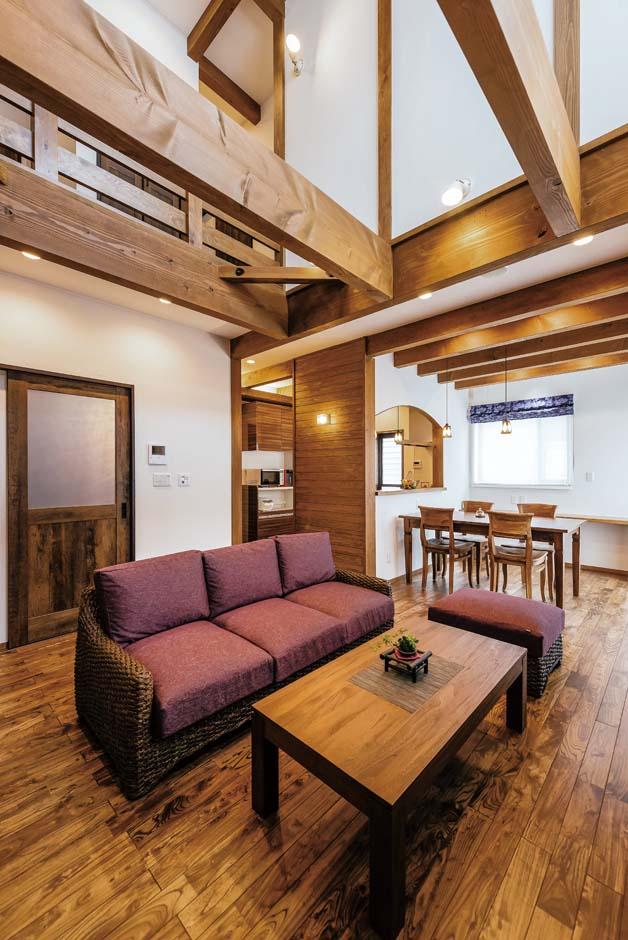 TDホーム静岡西 ウエストンホームズ【デザイン住宅、和風、自然素材】存在感のある現しの梁が白い塗り壁に映える吹き抜け。ブラックアッシュの床とコーディネートされたインテリアは、大人の落ち着きを感じさせる。高い断熱性能のおかげで、冬でも快適に過ごせる
