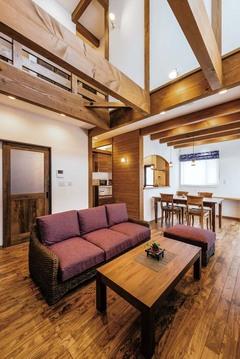 レトロでモダンな独特の空間。時を経て深まる自然素材の家