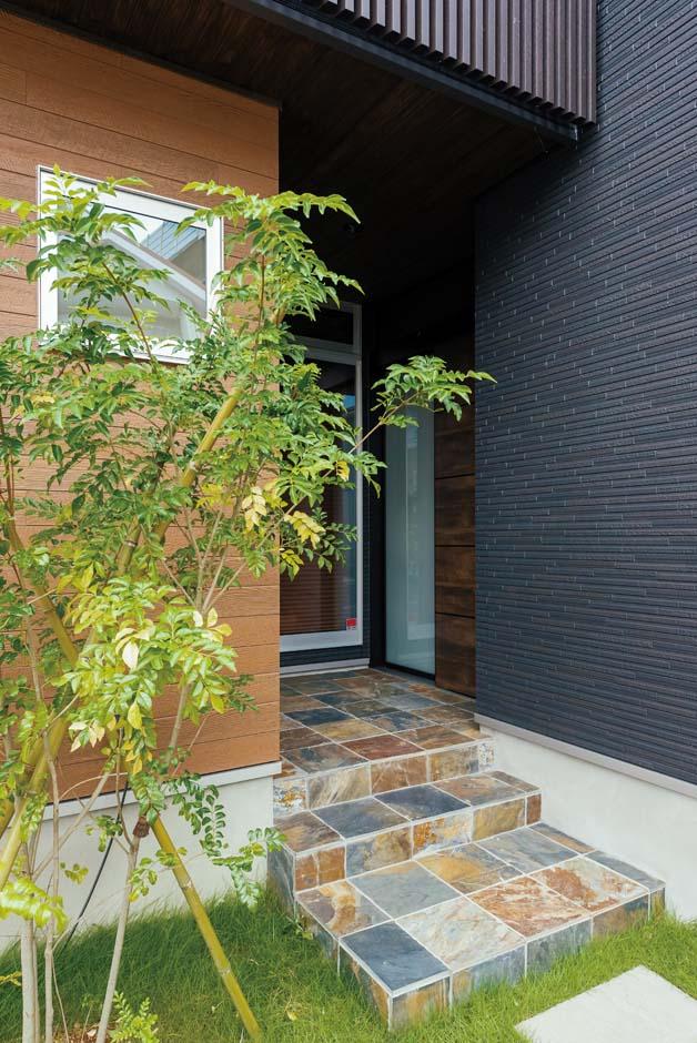 TDホーム静岡西 ウエストンホームズ【デザイン住宅、和風、自然素材】錆石(さびいし)の風合いが印象的なエントランス。天然石を用いることで建物の格がワンランクアップする