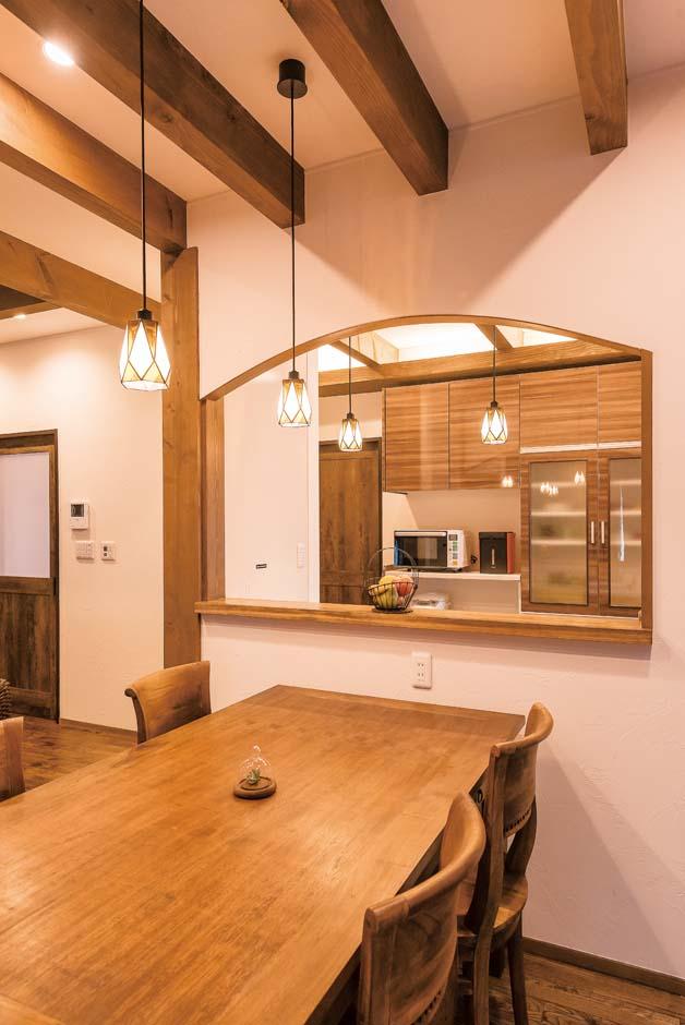 TDホーム静岡西 ウエストンホームズ【デザイン住宅、和風、自然素材】ペンダントライトや間接照明でくつろぎ感を演出。現しの梁と間仕切りのアールがモダンでやさしい印象に