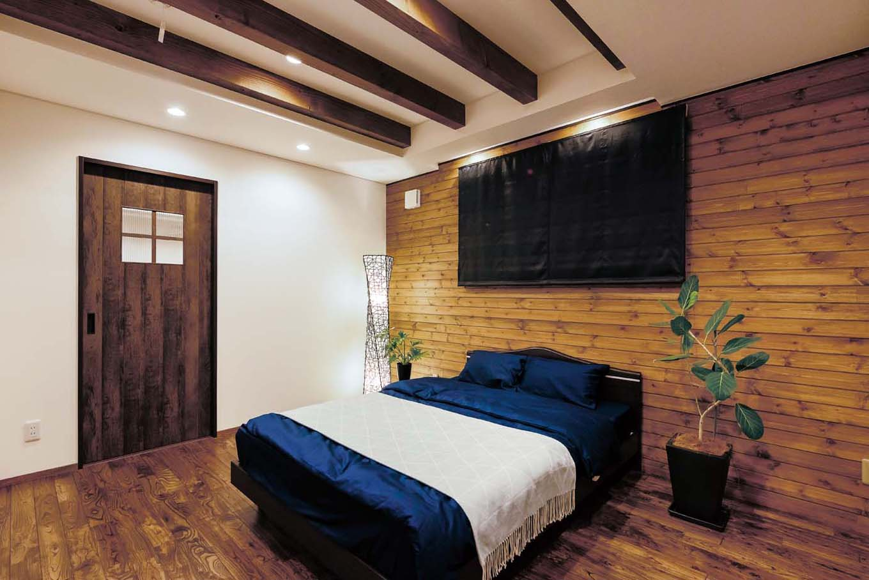TDホーム静岡西 ウエストンホームズ【デザイン住宅、和風、自然素材】2階の主寝室は板貼りの壁がアクセントの贅沢なやすらぎの空間に。扉の向こうはウォークインクローゼット