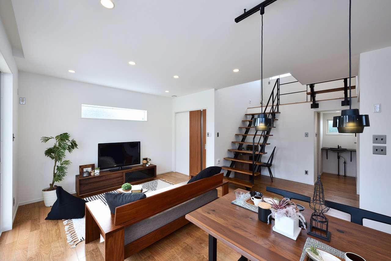 WAKO/和光地所【1000万円台、夫婦で暮らす、スキップフロア】ウォールナット調の家具を置くと決めてから図面を描いてもらい、空間全体をコーディネートした。スキップフロアが一番のこだわりで、階段でLDKとつながり、明るさと開放感が生まれた