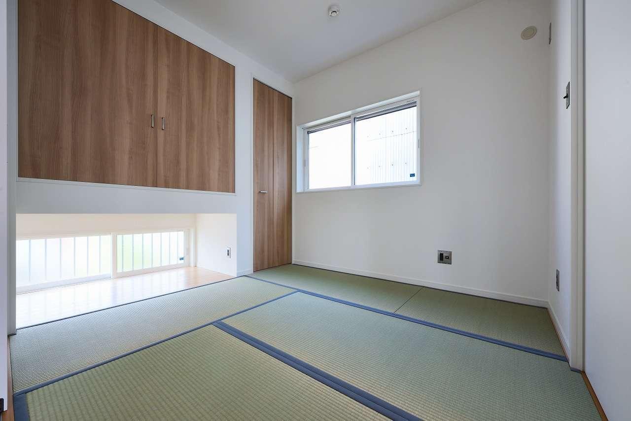 WAKO/和光地所【1000万円台、夫婦で暮らす、スキップフロア】LDKと隣接する独立型の和室。吊り押入れの下に地窓を設けたことで光と風を通し、十分な明るさを確保した