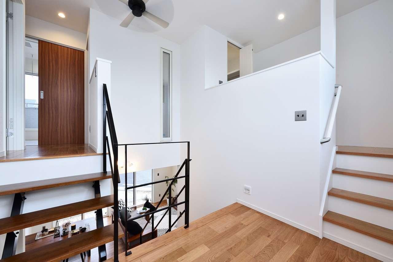 WAKO/和光地所【1000万円台、夫婦で暮らす、スキップフロア】リビングから階段を上がり、スキップフロアを左に折れるとバスルームとサニタリー、右は趣味室。こんな吹抜け空間があっても、断熱・気密性が高いので、和室にある6畳用のエアコン1台で快適に過ごせる