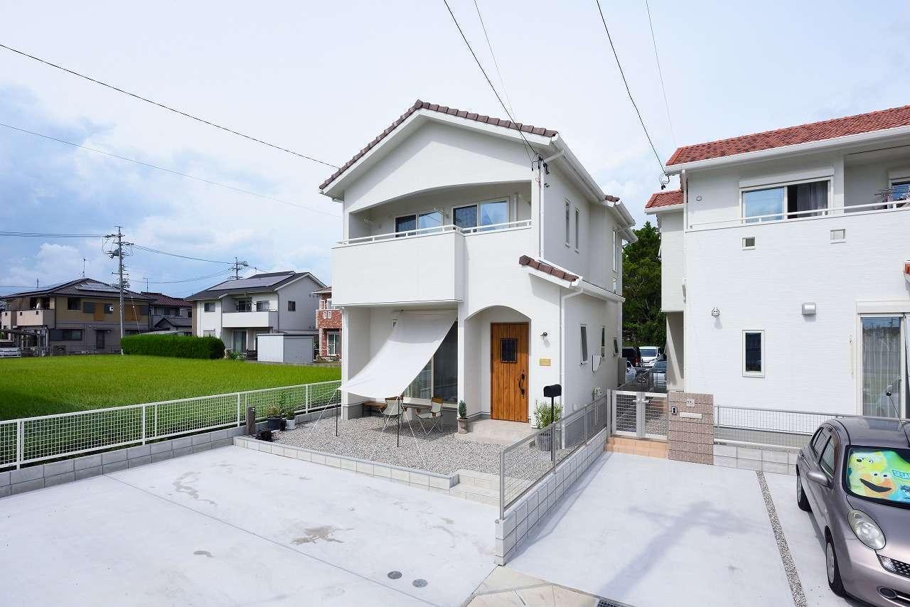 WAKO/和光地所【1000万円台、子育て、収納力】ブラウンの瓦に白い壁と木製の玄関ドアが映える外観。奥さまのたっての希望で、プロヴァンススタイルのデザインを採用した