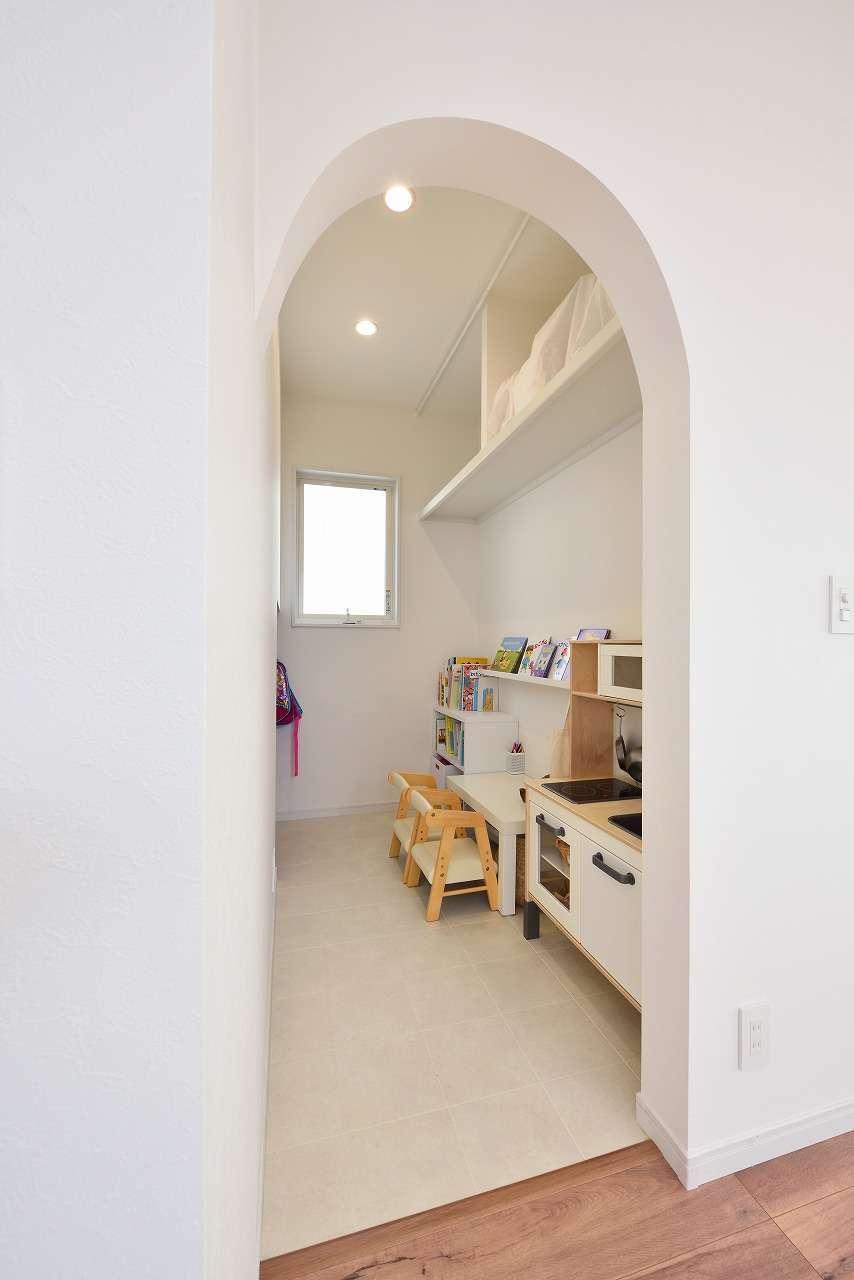 WAKO/和光地所【1000万円台、子育て、収納力】リビングの壁につながるアーチ型の入り口がかわいい子どもスペース。リビングにおもちゃが散らかることもなく、片付けもしやすい。子どもが大きくなったら、書斎や物置にも使えそう