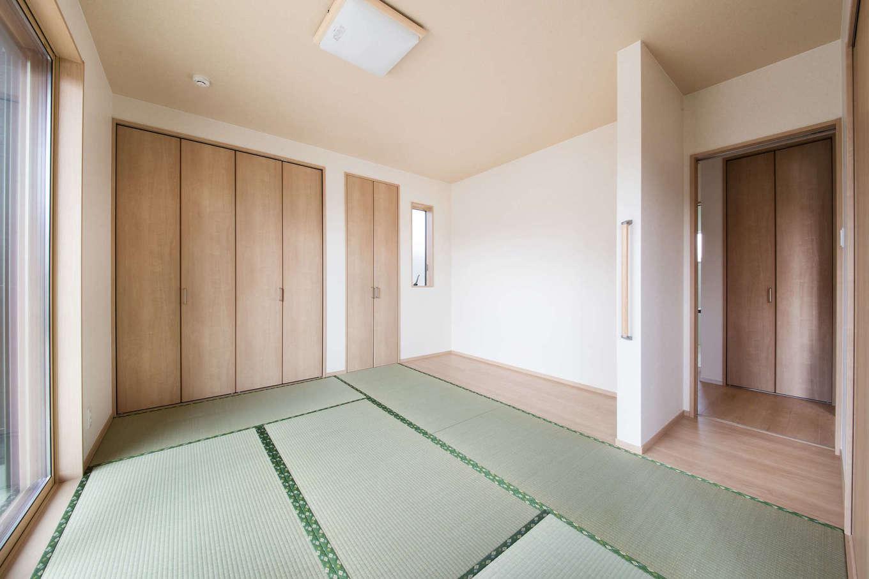 WAKO/和光地所【省エネ、間取り】リビングと隣接する和室は、お母さまの居室として使用。リビングを通らず直接トイレや洗面、2階へ移動できるレイアウトも特徴だ