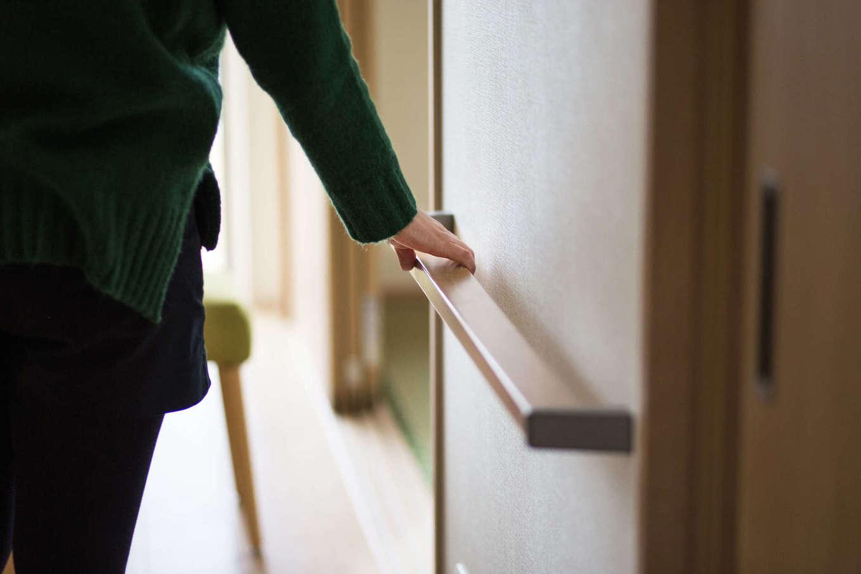 WAKO/和光地所【省エネ、間取り】廊下、リビング、階段など、あらゆる場所に手すりを配置。お母さまが歩く場所には、体重をかけやすい平型の手すりを採用するなど使い分けている。内装の色にあわせたデザインのおかげで、インテリアとも調和