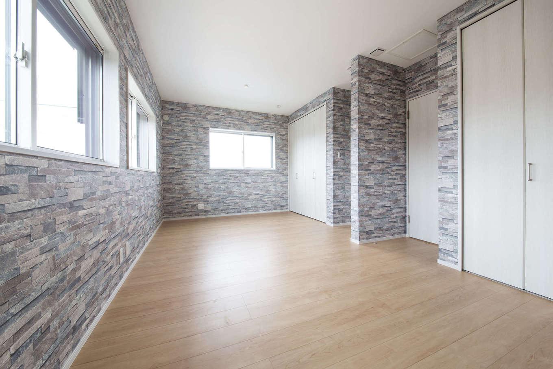 2階の洋室には タイル調の壁紙を貼って遊び心を加えた 将来2室に分けることを想定し ドアも収納も2つずつ設置 イエタテ