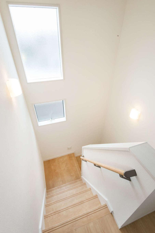 WAKO/和光地所【省エネ、間取り】階段ホール部分は天井が高く、窓から射す光が室内を照らす清々しいスペース。丸型手すりを取り付けて、お母さまの移動をサポート