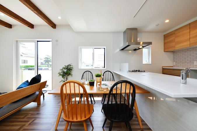 WAKO/和光地所【デザイン住宅、収納力、間取り】キッチンをオープンにしたいという要望から、開放感的な空間を提案。キッチンに立った時にリビングダイニングの様子がわかり、安心して調理する事ができる