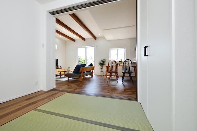 WAKO/和光地所【デザイン住宅、収納力、間取り】夜勤のご主人のためにダイニング横に和室を設け、家族との生活リズムが変わっても安心して過ごせる