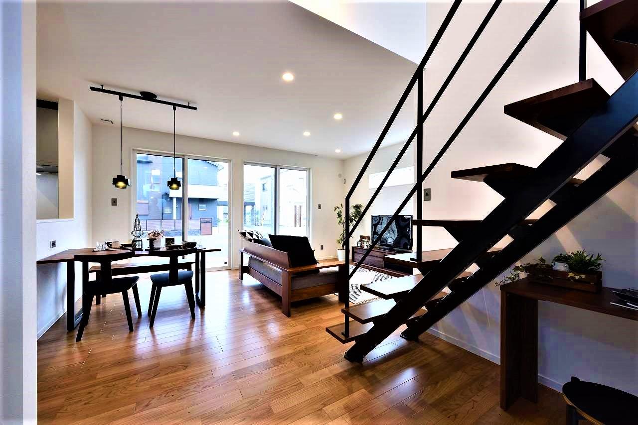 WAKO/和光地所【1000万円台、夫婦で暮らす、スキップフロア】夫婦の要望をかなえた、かっこいいデザインの鉄骨階段。スケルトンで光も通すので、空間がより開放的に感じられる。階段下のデッドスペースは奥さまのアイデアでPCコーナーに