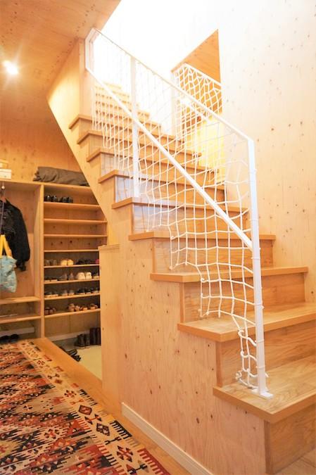 WAKO/和光地所【デザイン住宅、趣味、間取り】階段はホワイトのアイアン手すりがアクセント
