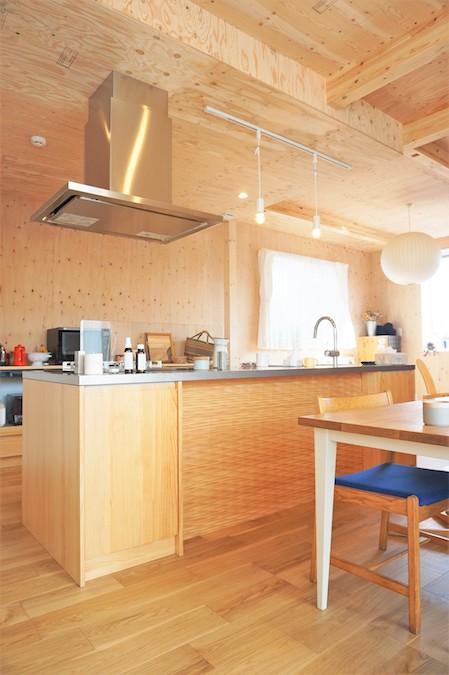 WAKO/和光地所【デザイン住宅、趣味、間取り】キッチンはスタイリッシュでデザイン性の高い、ウッドワンの商品を選択。デザイン性だけでは無く木目が温かみもプラスしてくれる